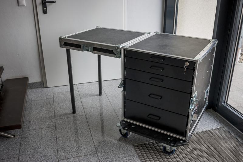 Toolcase mit Tisch und Schubladen